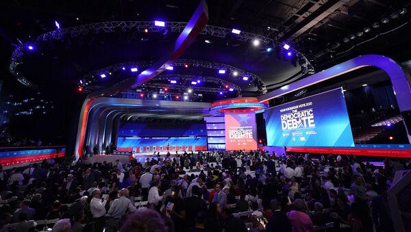 Audience members arrive before a Democratic presidential primary debate Thursday - Sputnik International