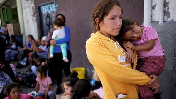 Mexican citizens fleeing violence, queue to cross into the U.S. to apply for asylum at Paso del Norte border crossing bridge in Ciudad Juarez - Sputnik International