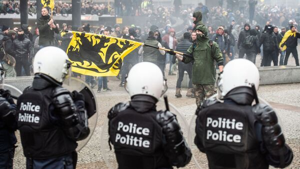 Demonstrators clash with Belgian riot police during a march in Brussels on December 16, 2018 called by the right-wing Flemish party Vlaams Belang and a dozen of organisations against the UN Marrakech global compact on migration - Sputnik International