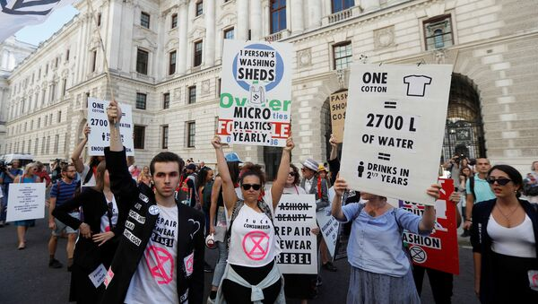 Extinction Rebellion protestors demonstrate against London Fashion Week near the Foreign and Commonwealth office, where Victoria Beckham was showing her latest designs, in London, Britain, September 15, 2019.  REUTERS/Peter Nicholls - Sputnik International