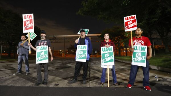 United Auto Workers members picket outside the General Motors Detroit-Hamtramck assembly plant in Hamtramck, Mich., Monday, Sept. 16, 2019 - Sputnik International