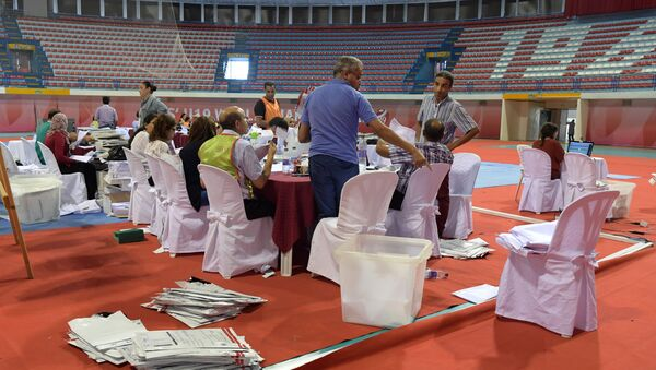 Staff members of Tunisia's Independent Higher Authority for Elections (ISIE) sort through ballots as they prepare the results of the presidential vote at a sorting center in Ariana, north of the capital Tunis on September 16, 2019. - Sputnik International