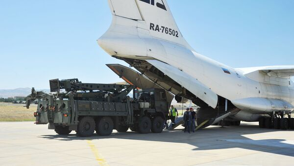 Parts of a Russian S-400 defense system are unloaded from a Russian plane at Murted Airport near Ankara, Turkey, August 27, 2019 - Sputnik International