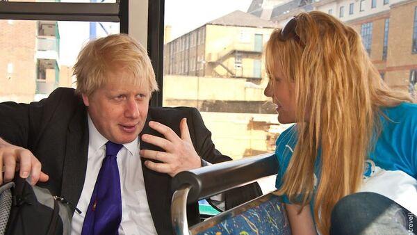 Boris Johnson and Jennifer Arcuri speak on the campaign bus in 2012. - Sputnik International