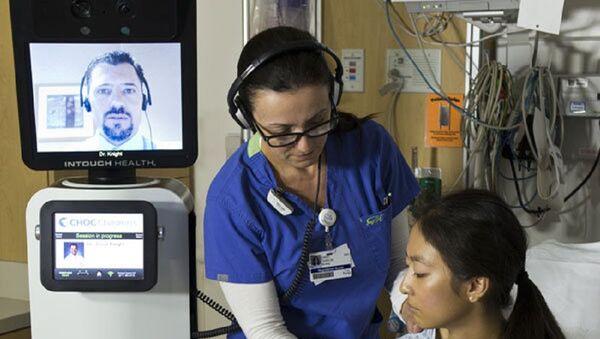 A nurse checks a patient's vitals during a consultation by the RP-VITA robotic doctor - Sputnik International