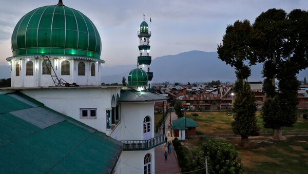 Kashmiris walk to Jinab Sahib mosque for evening prayers in Anchar neighbourhood, during restrictions following the scrapping of the special constitutional status for Kashmir by the Indian government, in Srinagar, September 19, 2019 - Sputnik International