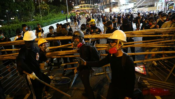 Anti-government protesters set up a barricade in Wong Tai Sin district, in Hong Kong, China October 4, 2019 - Sputnik International