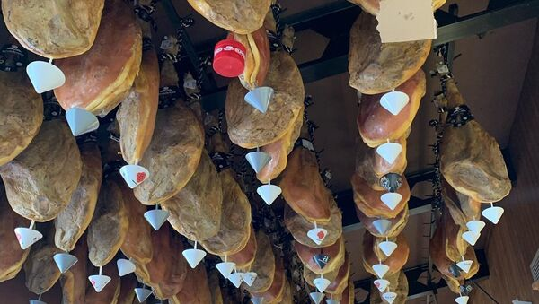 Jamon Hanging From the Ceiling in a Shop in Spain - Sputnik International