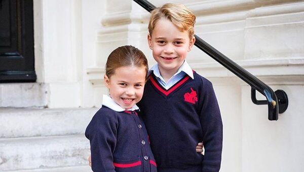 Prince George with his sister Princess Charlotte - Sputnik International