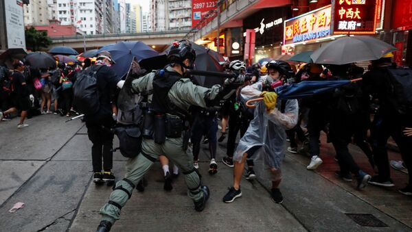 A riot police officer clashes with a protester during an anti-government rally in central Hong Kong, China October 6, 2019 - Sputnik International