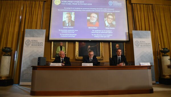 Members of the Nobel Committee for Physics (Bottom L-R) Chair of the Nobel Committee Mats Larsson, Secretary General of the Academy Goran K Hansson, and Ulf Danielsson sit in front of a screen displaying the names of the winners of the 2019 Nobel Prize in Physics (Up L-R) Canadian-American James Peebles, Swiss scientists Michel Mayor and Didier Queloz, at the Royal Swedish Academy of Sciences on October 8, 2019 in Stockholm - Sputnik International