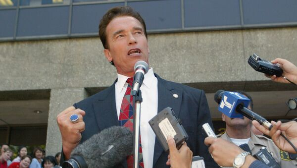 Arnold Schwarzenegger makes a fist will talking outside the Los Angeles County registrar's office in Norwalk. Calif., Thursday, Aug. 7, 2003, after picking-up candidacy papers for the California gubernatorial recall election slated for early October. - Sputnik International