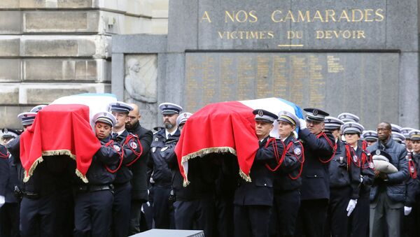 Police officers hold the coffins of their fallen colleagues during a ceremony at The Prefecture de Police de Paris (Paris Police Headquarters) in Paris on October 8, 2019, held to pay respects to the victims of an attack at the prefecture on October 4, 2019. - Sputnik International