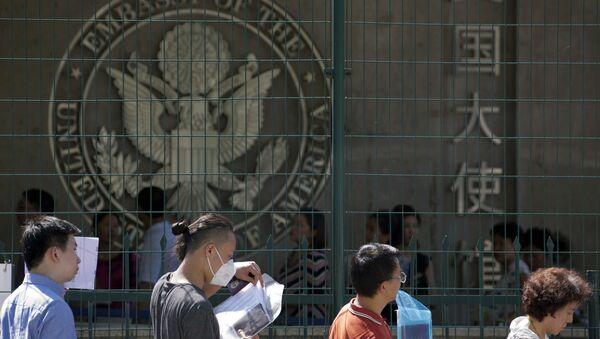 Visa applicants wait to enter the U.S. Embassy in Beijing, China, Thursday, July 26, 2018 - Sputnik International