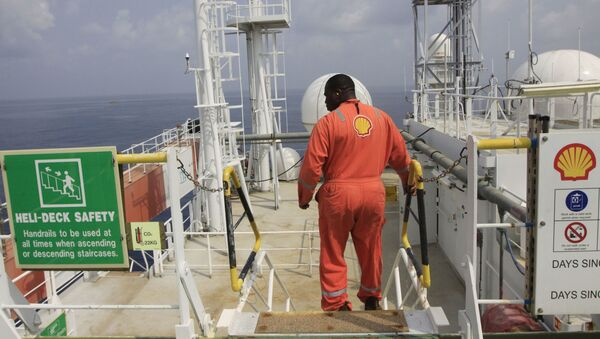 An unidentified Shell worker aboard the  Bonga offshore oil vessel off the coast of Nigeria, file photo. - Sputnik International