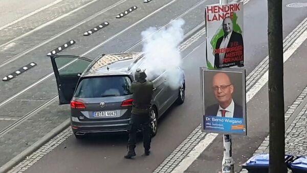 Man shoots from long-barrelled gun, in Halle, Germany, Wednesday Oct. 9, 2019 - Sputnik International