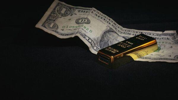 Dollar  and gold ingot  - Sputnik International