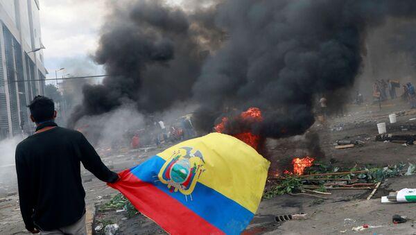 A demonstrator carries the Ecuadorian flag during a protest against Ecuador's President Lenin Moreno's austerity measures in Quito, Ecuador October 12, 2019. - Sputnik International