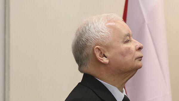 The ruling party leader Jaroslaw Kaczynski holds his ballot at a polling station in Warsaw, Poland - Sputnik International