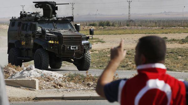 A Turkish police armoured vehicle patrols the border between Turkey and Syria, in Akcakale, Sanliurfa province, southeastern Turkey - Sputnik International