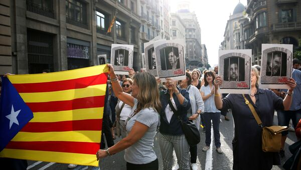 People holding an Estelada (Catalan flag) and pictures of Catalan politicians as they walk through Via Laetana Avenue during a protest after a verdict in a trial over a banned independence referendum, in Barcelona, Spain October 14, 2019 - Sputnik International