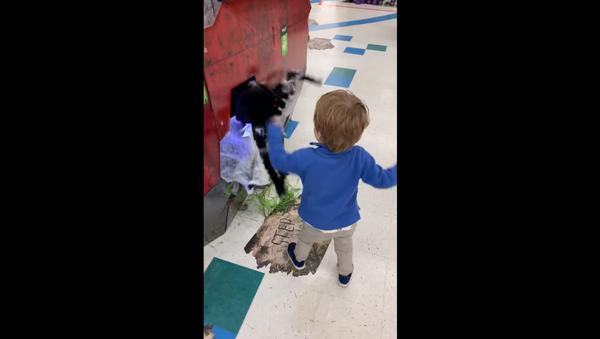 Startled Toddler Swings at Jumping Animatronic Spider - Sputnik International