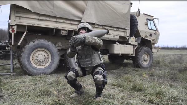 A US soldier demonstrates the Onyx lower-body exoskeleton by lifting an artillery shell - Sputnik International