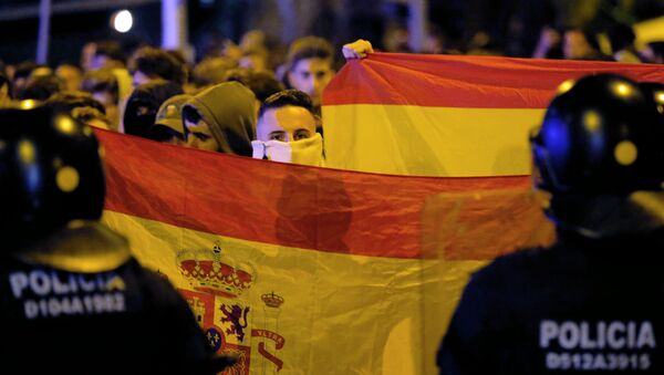 Protesters hold Spanish flags during a pro-union demonstration  - Sputnik International