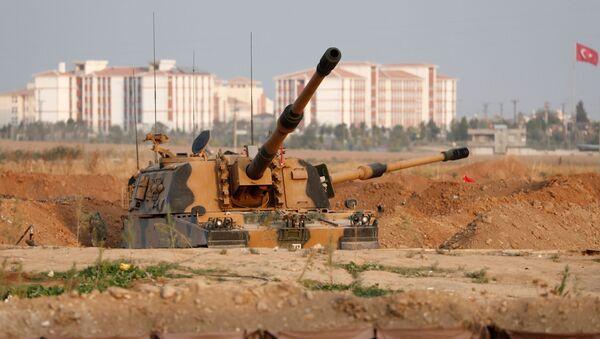 A Turkish army howitzer is positioned near the Turkish-Syrian border in Sanliurfa province, Turkey, October 17, 2019 - Sputnik International