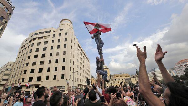 Lebanese demonstrators gather during a mass protest in the centre of the capital Beirut on October 18, 2019 - Sputnik International
