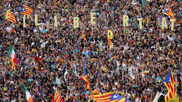 Catalan demonstrators gather on Paseo de Gracia Avenue during Catalonia's general strike in Barcelona, Spain, October 18, 2019. - Sputnik International
