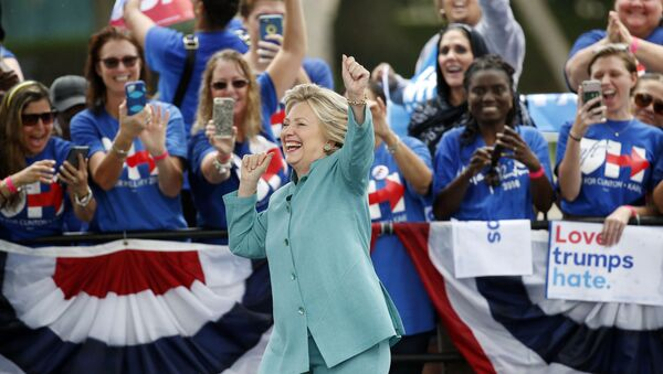 Democratic presidential candidate Hillary Clinton dances as she is introduced at a rally, 5 November 2016, in Pembroke Pines, Florida. - Sputnik International