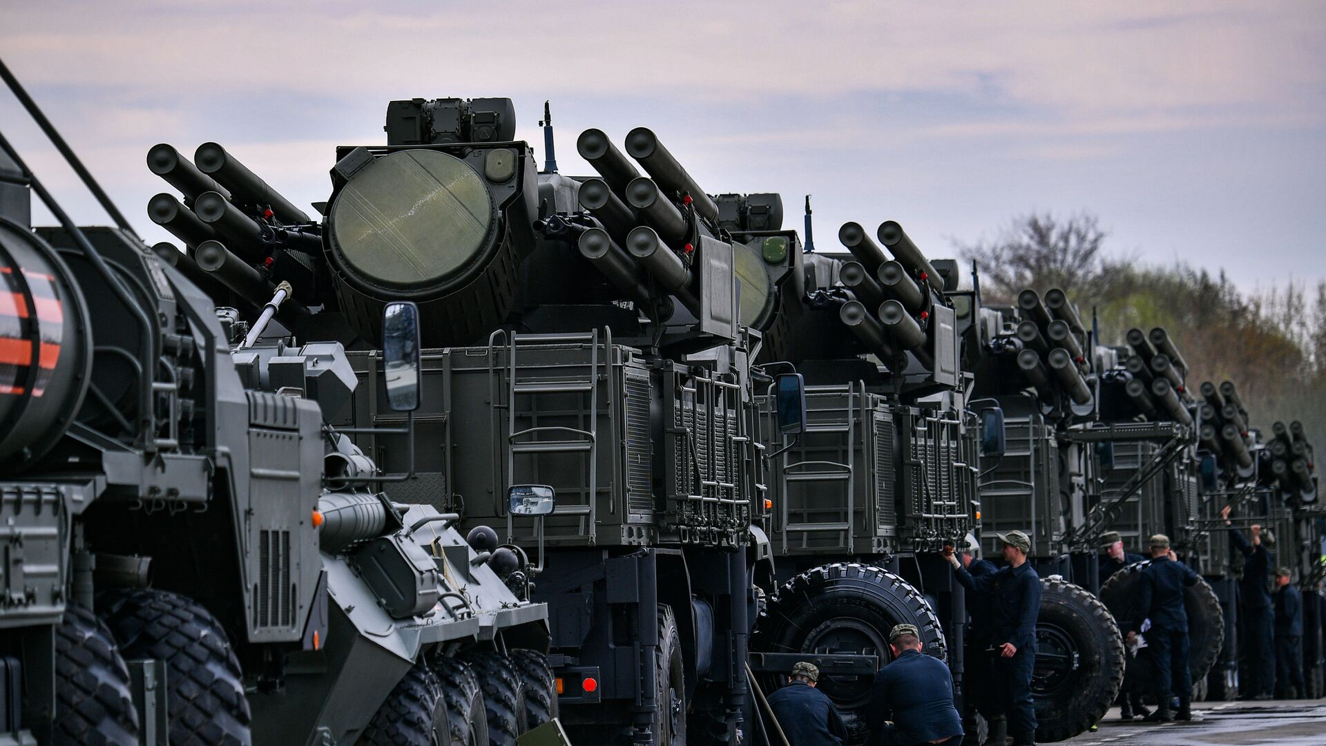 The Pantsir-S mobile self-propelled surface-to-air anti-aircraft system vehicles are parked during its preparation for the upcoming Victory Day Military Parade, in Moscow, Russia. - Sputnik International, 1920, 18.09.2021