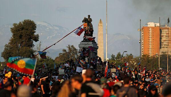 Demonstrators protest against Chile's state economic model in Santiago, Chile October 26, 2019 - Sputnik International