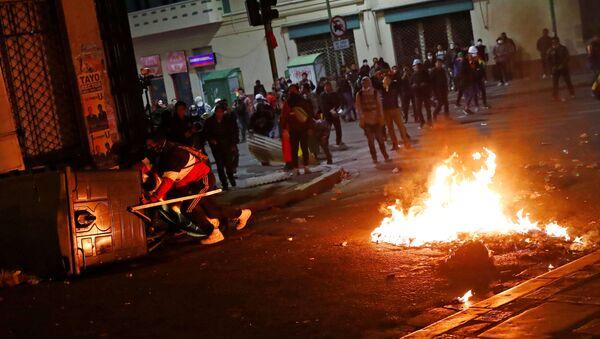 Demonstrators hide behind makeshift barriers next to burning items during a protest in La Paz, Bolivia, October 31, 2019. REUTERS/Kai Pfaffenbach - Sputnik International