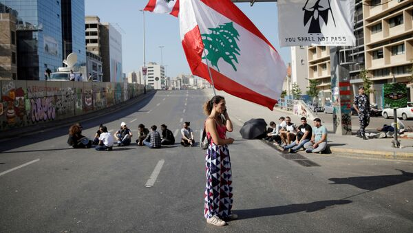 Женщина с флагом Ливана во время антиправительственных протестов в Бейруте - Sputnik International
