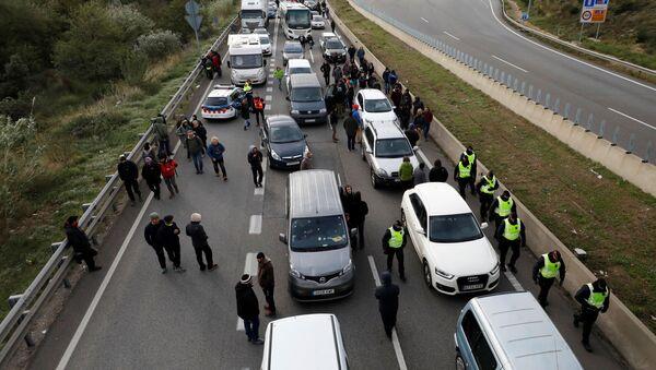 Police block AP-7 highway in La Jonquera, north of Spain November 11, 2019.  - Sputnik International