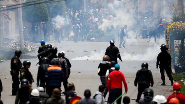 Supporters of Bolivian President Evo Morales and opposition supporters clash during a protest after Morales announced his resignation on Sunday, in La Paz Bolivia November 11, 2019. - Sputnik International