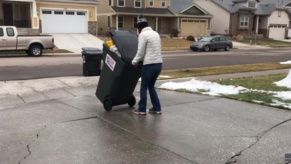 Slick Colorado Woman Uses Icy Driveway to Slide Trash Can - Sputnik International