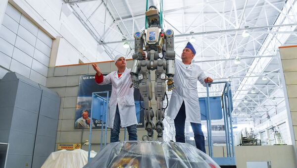 Workers of the Space Corporation Energia remove the anthropomorphic Skybot F-850 robot FEDOR from the Soyuz MS-14 space ship capsule after its return from International Space Station (ISS), in Korolev, outside Moscow, Russia - Sputnik International