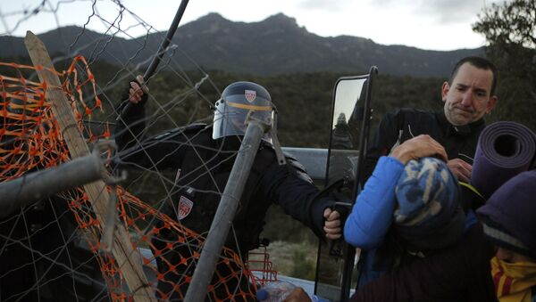 French police officers remove pro-Catalan independence demonstrators blocking a major highway border pass near La Jonquera between Spain and France, Tuesday, Nov. 12, 2019 - Sputnik International