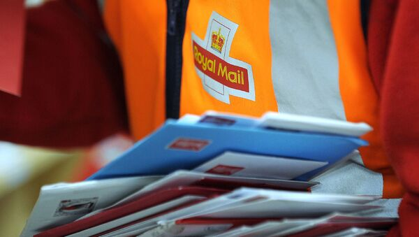 (FILES) In this file photo taken on December 15, 2016, a worker is pictured sorting post at the Royal Mail Distribution centre in Glasgow. - Royal Mail on November 8, 2019 - Sputnik International