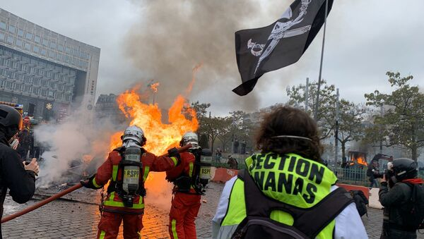 Firefighters at Place d'Italie Park During Yellow Vests Protests - Sputnik International