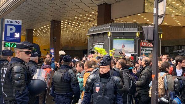 Police and Yellow Vest activists near Galeries Lafayette on 17 November, 2019 - Sputnik International