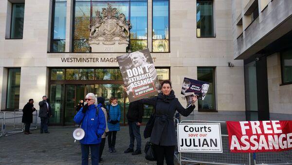 Supporters of Julian Assange hold signs outside of Westminster Magistrates Court on 18 Nov 2019 - 2000 x 1125 - Sputnik International