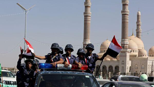 Houthi police troopers ride on the back of a patrol truck in Sanaa, Yemen November 5, 2019 - Sputnik International