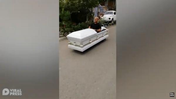 Creative Motorist Drives 'Coffin-Mobile' Through Philippines - Sputnik International