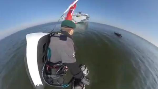 'Rocket Man' Performs Demo Flight Around Warship HMS Queen Elizabeth - Sputnik International