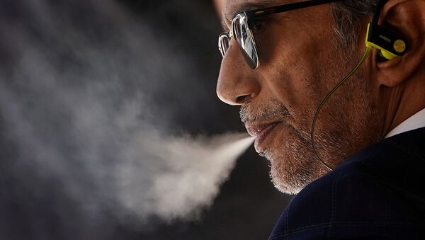 A man with a vaping product in the Manhattan borough of New York - Sputnik International