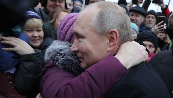 Russian President Vladimir Putin speaking to people after unveiling the monument to late Russian and Soviet writer and public figure Daniil Granin - Sputnik International